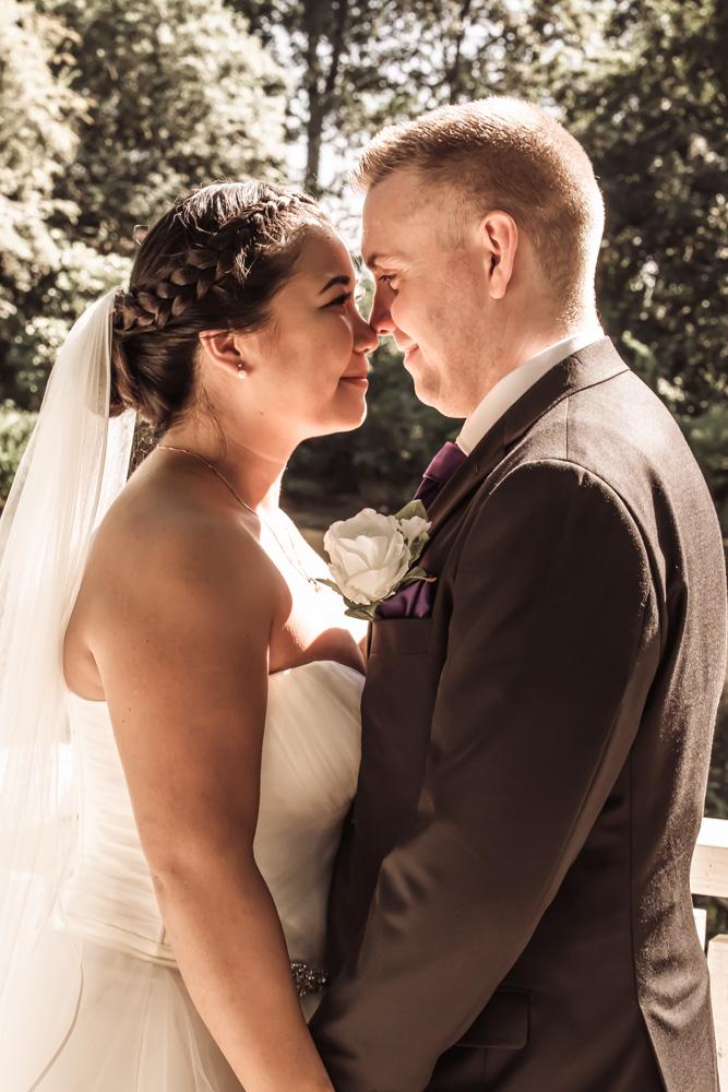 Kærligt og autentisk bryllupsbillede af brudepar i golden hour stil