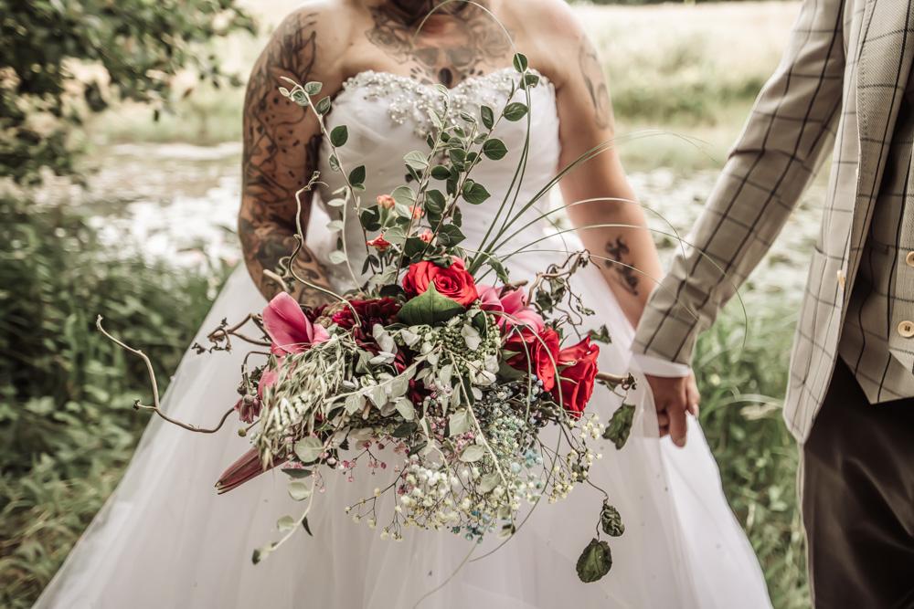 Bryllupsbillede af stor flot brudebuket med roser og grønne blade