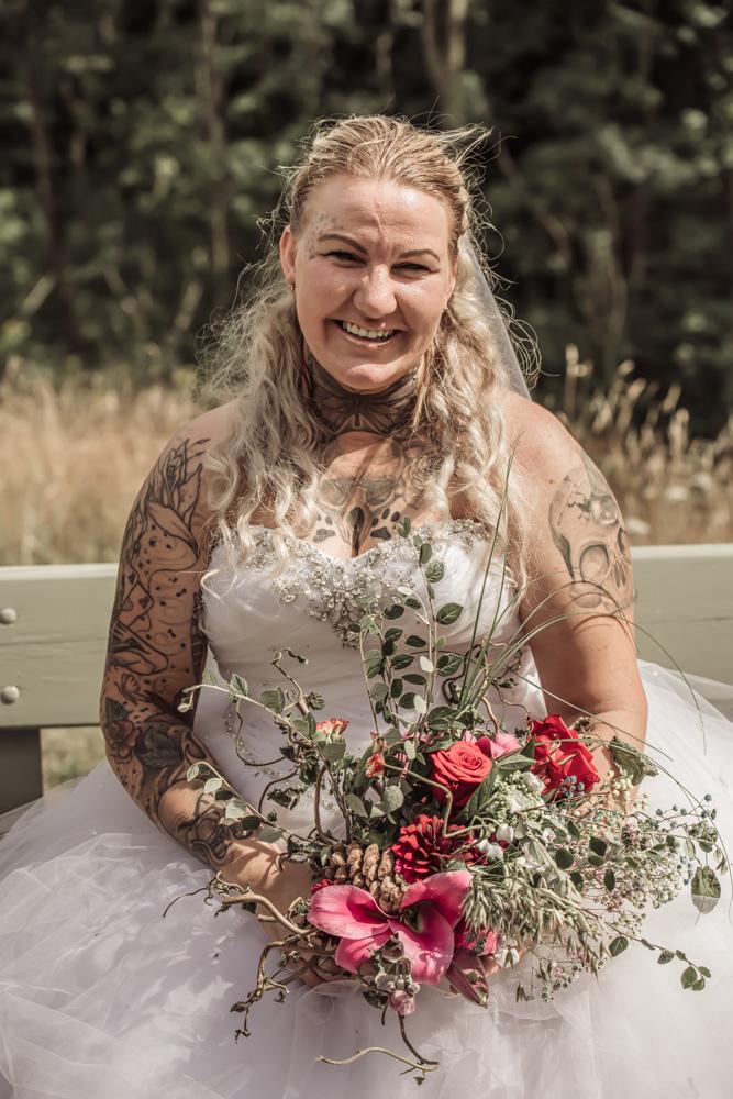 Brud der smiler til bryllupsfotografen