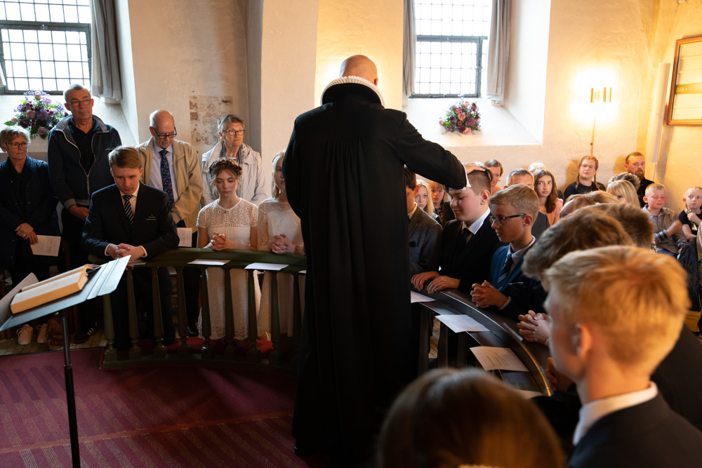 Præst i kirken til konfirmation