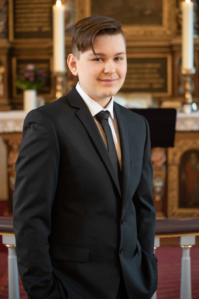 Konfirmandportræt i kirke af konfirmationsfotograf JamBen