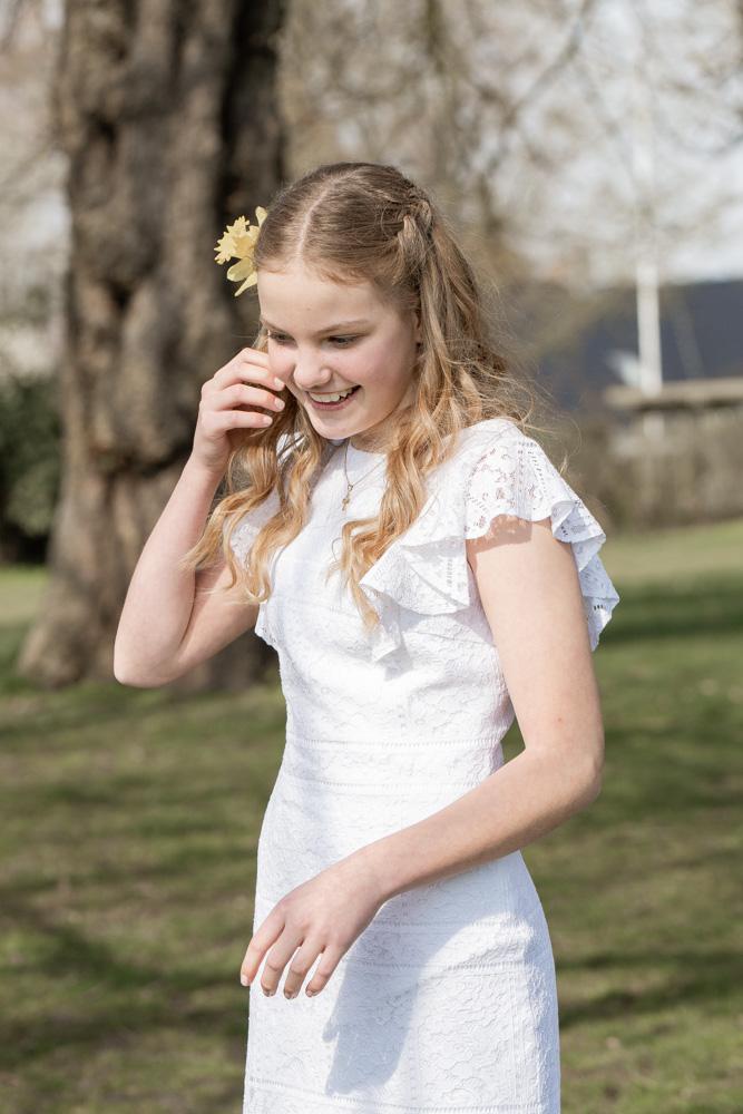 Konfirmand pige med blomst i håret