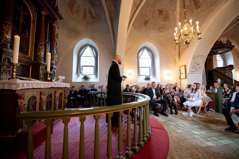 Præst under konfirmationsceremoni i kirken
