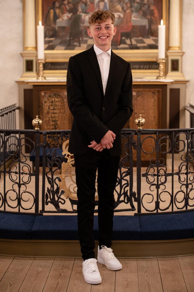 Konfirmandfoto i kirken foran alteret af fotograf JamBen