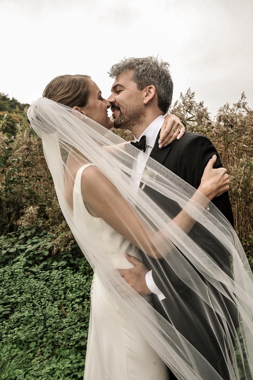Brudepar fotograferet i naturen