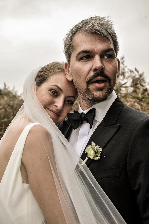 Bryllupsbillede af brudepar i nordisk stil i naturen