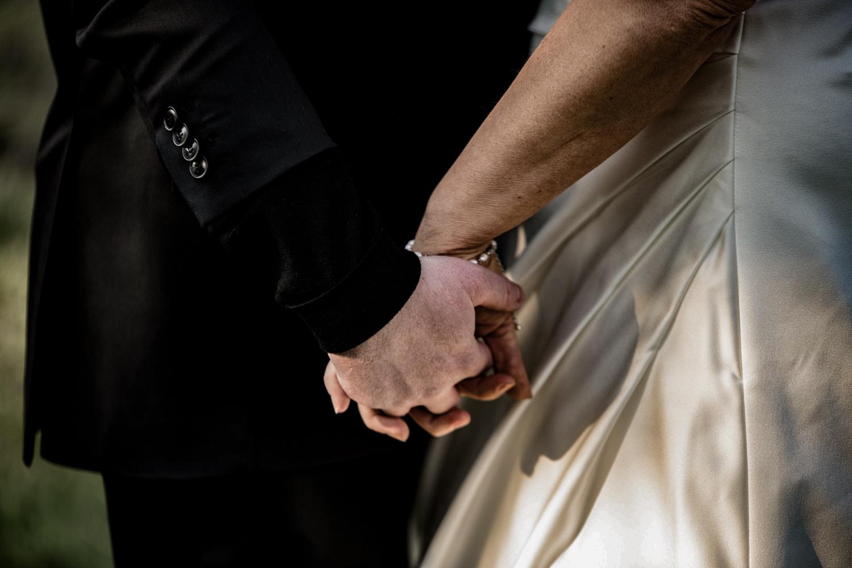 Brudepar der holder i hånd, smukt bryllupsbillede