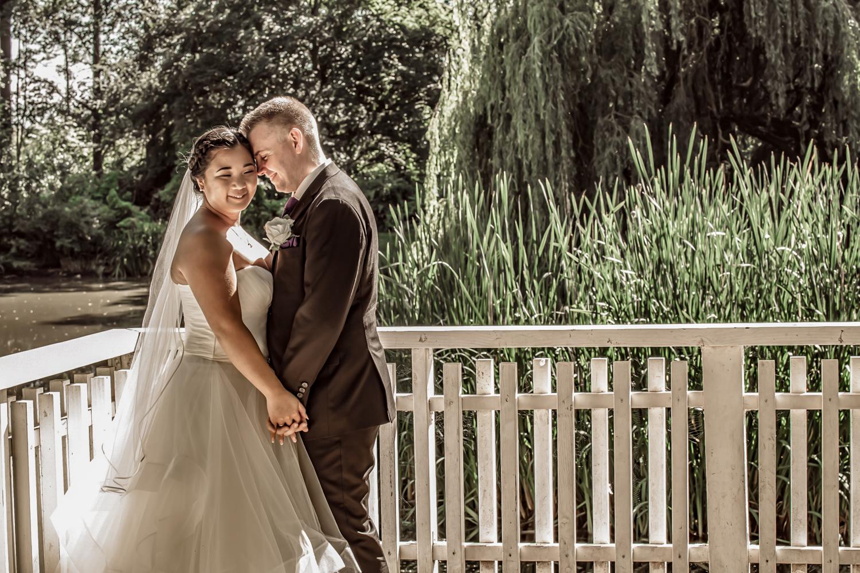 Brullypsbilleder af brudepar i naturen med brudepar