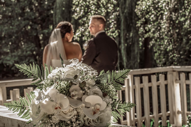 Brudepar der kigger forelsket på hinanden med brudebuket