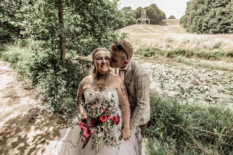 Bryllupsfotograf fotograferer brudepar i naturen