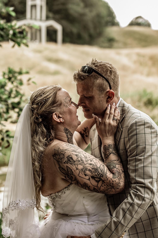 Bryllupsbillede af forelsket brudepar i naturen
