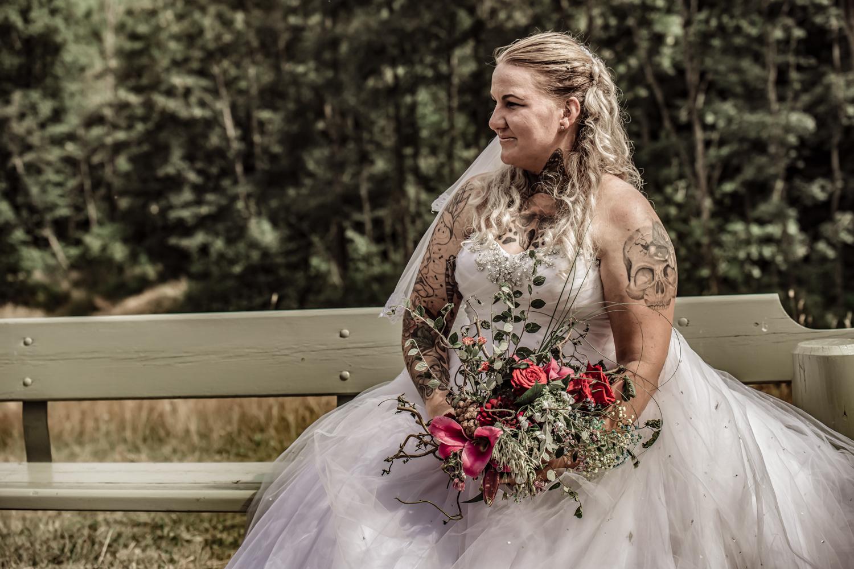 Smu brud med brudebuket og brudekjole