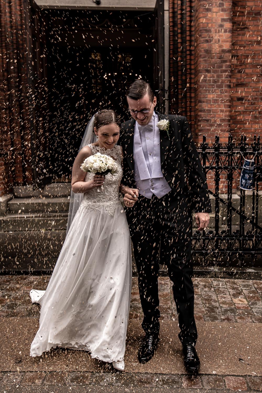 Bryllupsbillede af riskast foran kirken