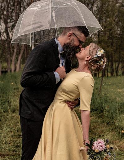 Bryllupsbillede i regn af loveknots